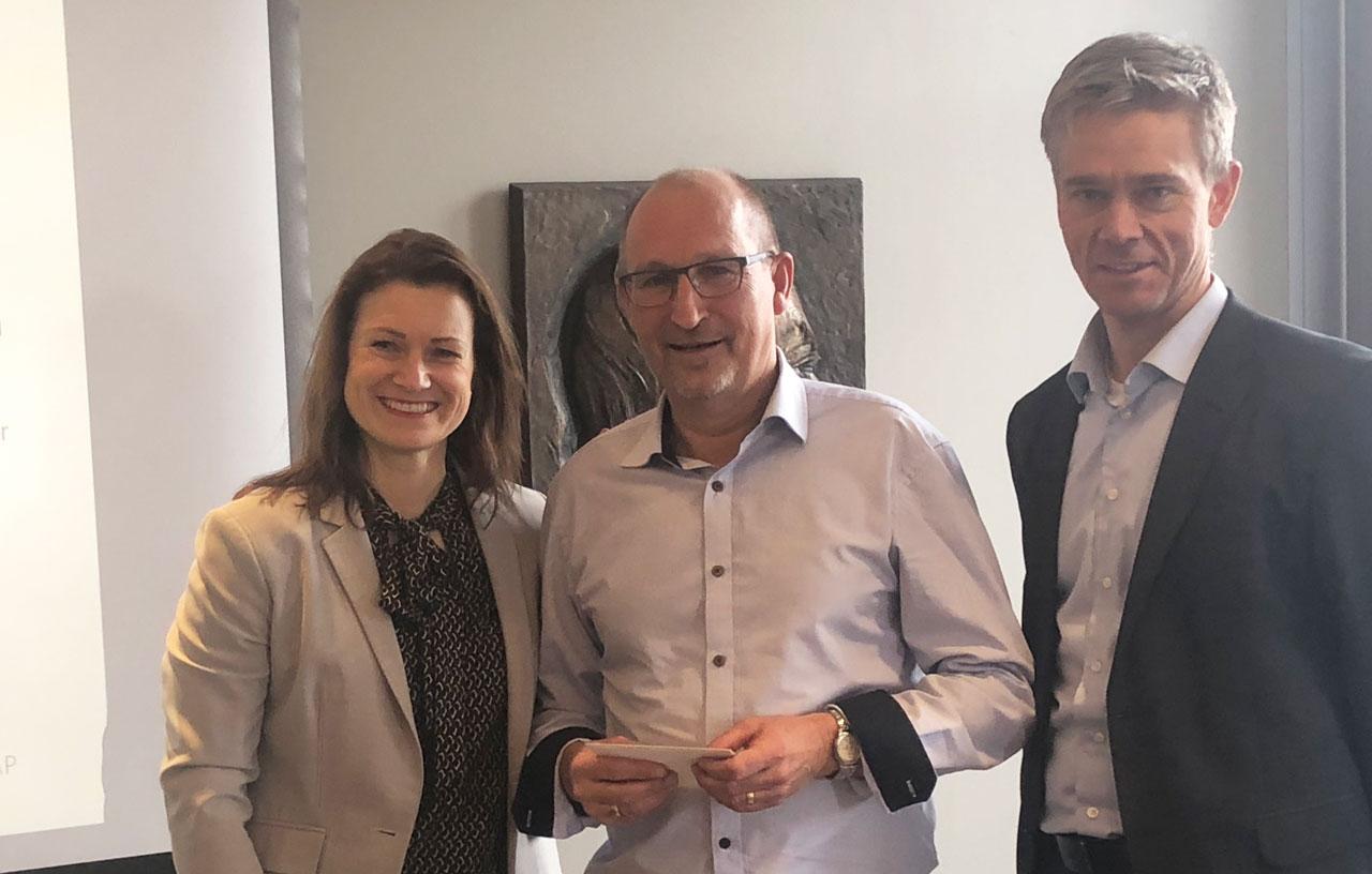 Terje Melhus får hilsen og takk fra styreleder Peer Veiby og administrerende direktør Christine Lundberg Larsen